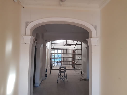 Internal decorative mouldings using plaster ceiling roses for Decorative archway mouldings
