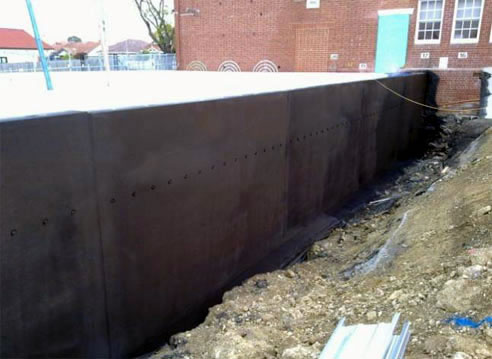 Spray On Rubber Coatings For Retaining Walls With Liquid