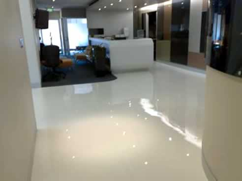 Seamless epoxy flooring from all about floors white lite for Piso acrilico transparente